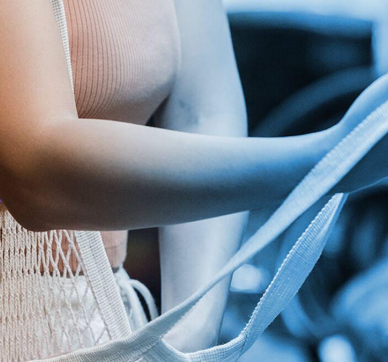 Kobieta robiąca zakupy przy regale chłodniczym