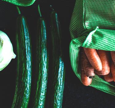 Warzywa i owoce w torbie wielorazowego użytku