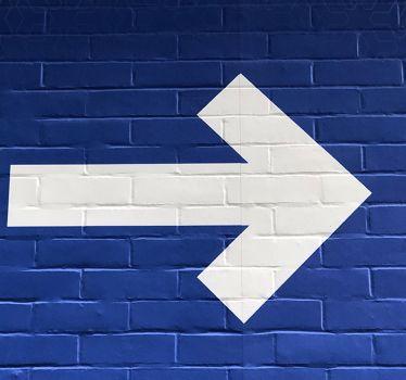 Strzałka kierunkowa na ścianie to element wayfindingu