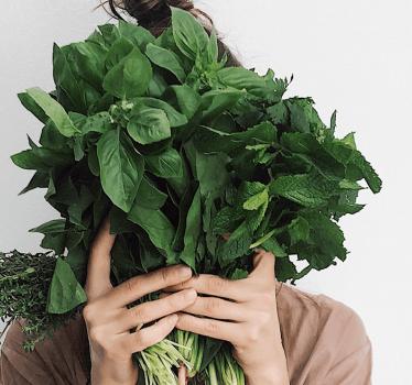 Kobieta trzymająca zioła